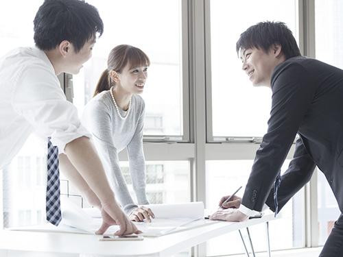 Asian business people around a table | Atradius